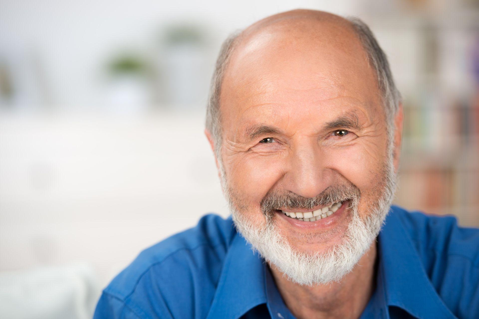 idős ember szép fogakkal